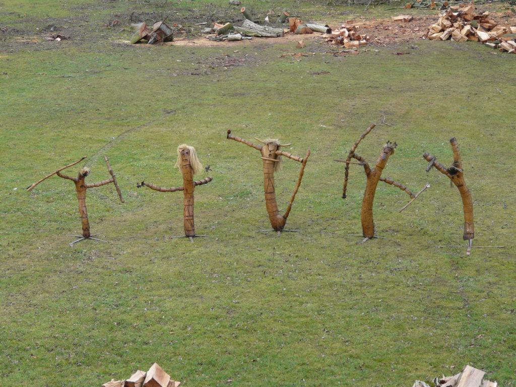 Jean-Marie Heyligen, Série des Indiens, sculptures sur bois, entre 110 et 150 cm de haut (photo Mario Delbianco)