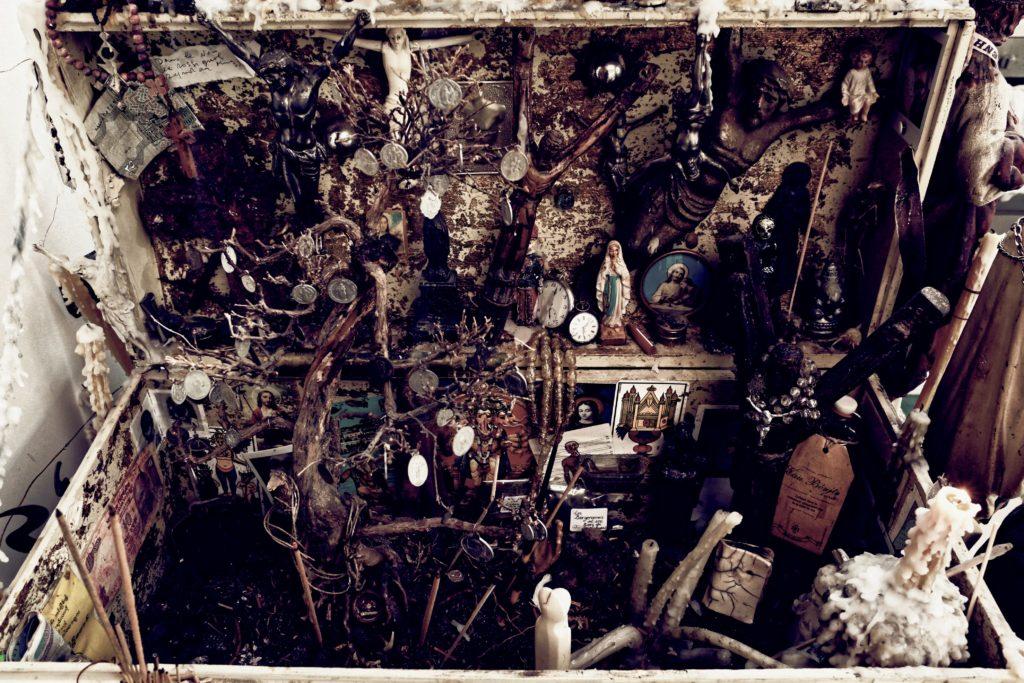 Le Bureau du Boss (L'Autel de passe de ma psychose), oeuvre évolutive, dimensions variables (photo André Delvigne)